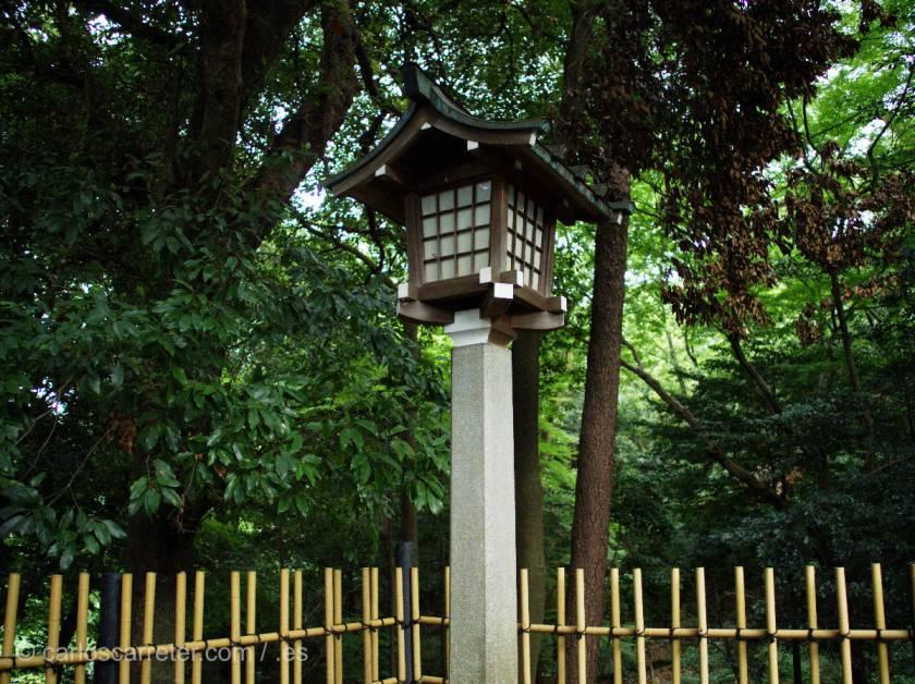 Sus contradicciones entre la integración con la naturaleza de los mitos japoneses,...