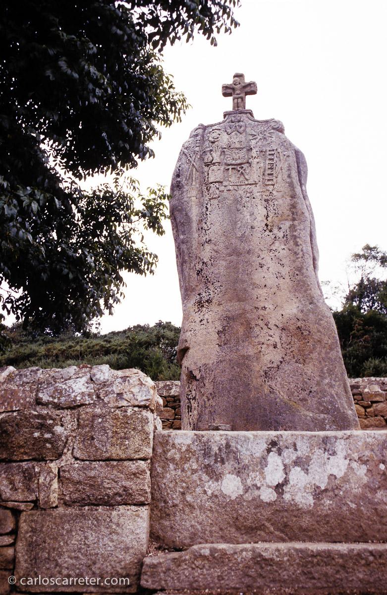 Y no podemos olvidar que Obélix es repartidor de menhires, tal vez repartió este de Lannion, que algún artesano posterior cristianizó... ¡pobre Obélix! Lo que hicieron con sus menhires.