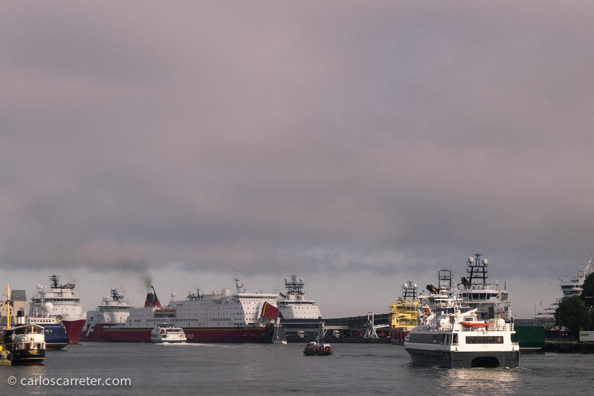 O el puerto de Bergen, de donde parte el expreso litoral que recorre la costa noruega, y que aparece mencionado varias veces en las novelas.