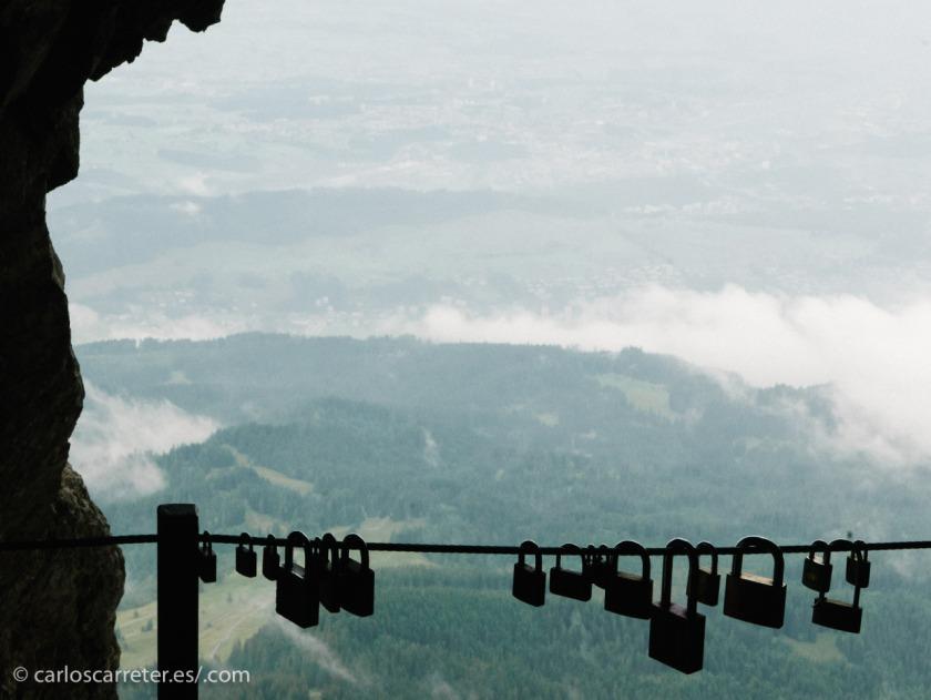 Paisajes alpinos para acompañar una serie que se desarrolla en los Alpes. Bien es cierto que en los franceses, y aquí tenemos los suizos, en el encabezado (Zermatt) o en esta foto del mone Pilatus sobre Lucerna.