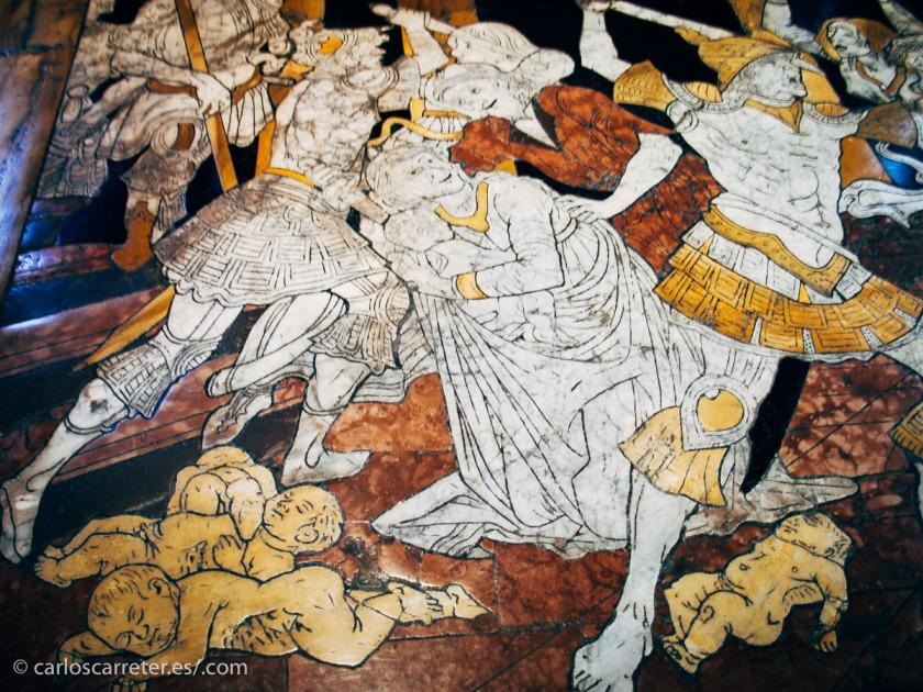 Escena de la matanza de los inocentes en el piso de la magnífica catedral de Siena, Italia.