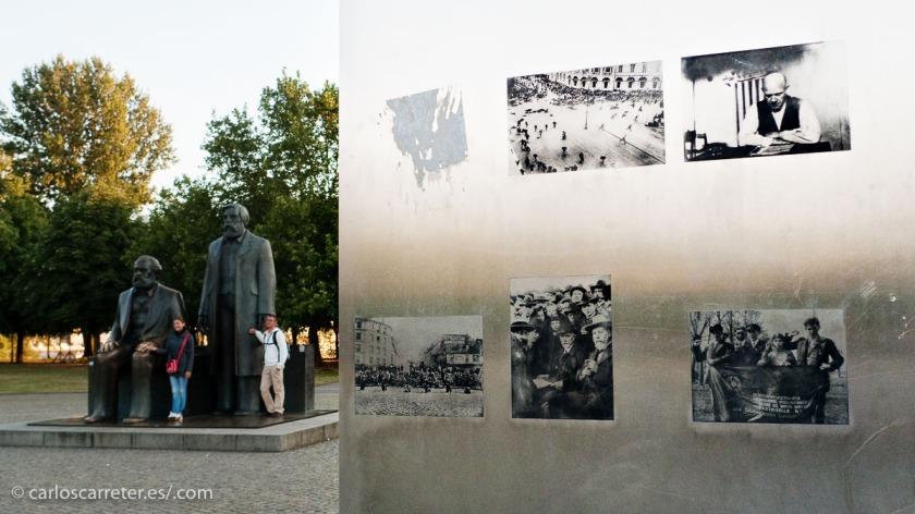 """Marx y Engels todavía se """"asientan"""" en el corazón de Berlín-Mitte."""