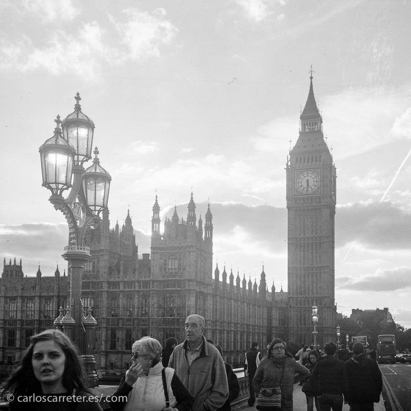 Nos vamos a Londres para ilustrar esta entrada, claro. Aunque opto por el aspecto intemporal del blanco y negro. Algunas cosas pasan en las cámaras del parlamento,... sip.