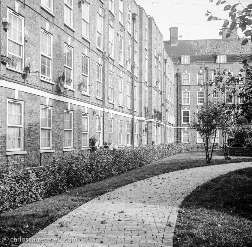 Pero el ambiente principal de la película está en el East End londinense, donde residen y trabajan algunas de las protagonistas del filme.