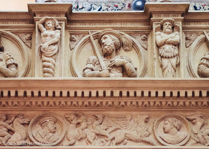 Incluso la guía nos ofreció pruebas de que en el siglo XVI ya había un marujeo propio de las revistas del corazón. Y así, Francisco I de Francia, rival de Carlos I de España (y V del Sacro Imperio), es representado con pluma. Real y figurada.