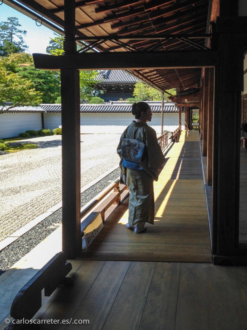 Tampoco el Japón, Kioto por ejemplo, sale mucho. Aunque los personajes japoneses tienen más presencia en el novela.