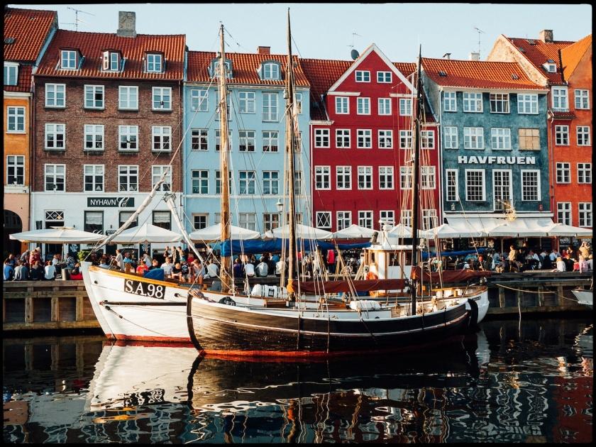 La película de hoy nos lleva por distintos puntos de Europa. Desde luego el Nyhavn de Copenhague, lugar de rodaje de buena parte de los exteriores en la capital danesa.