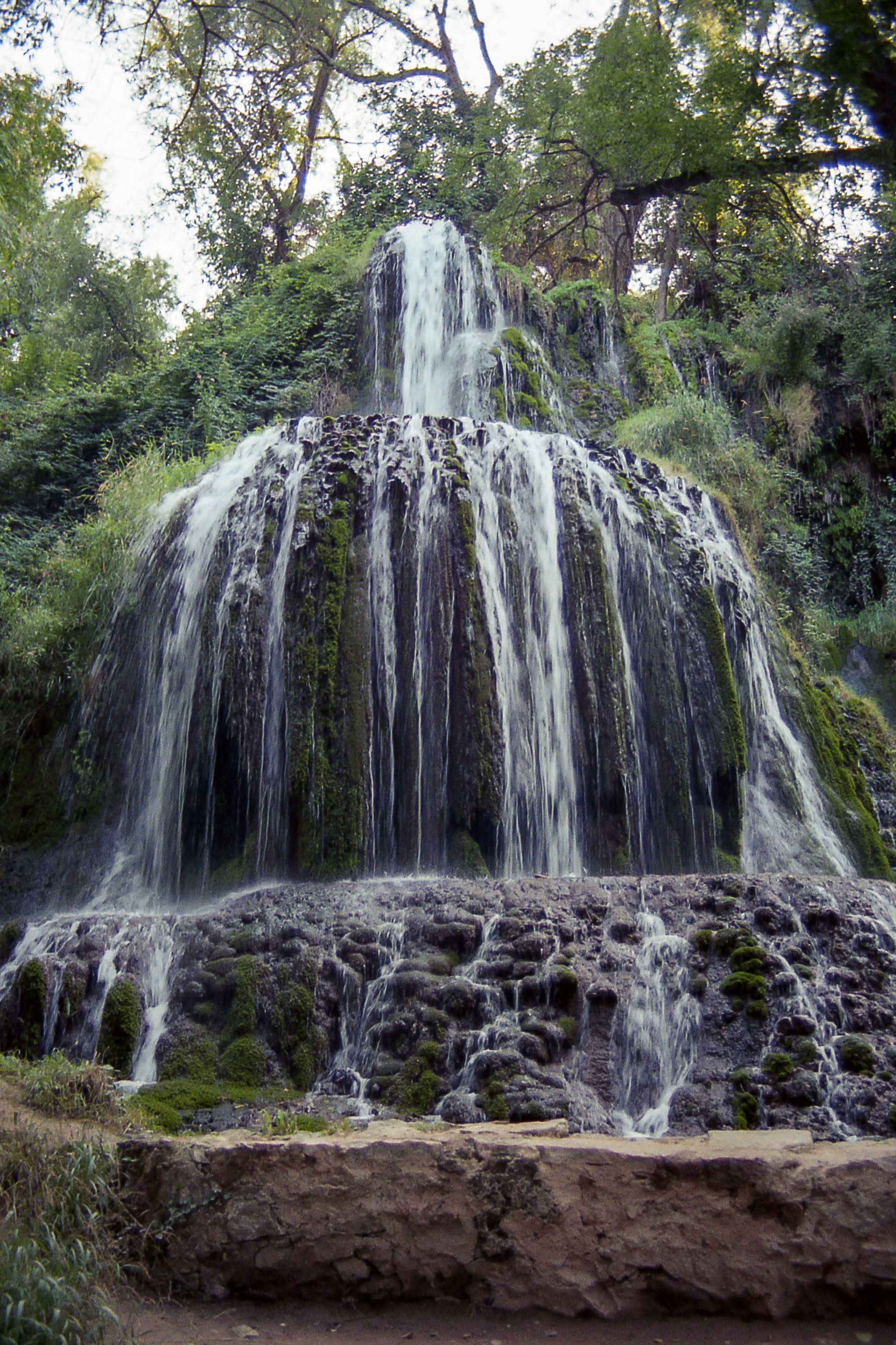 Aprovecho la ocasión para recordar que estoy comenzando una nueva ronda de fotografía de viajes en mi tumblelog (enlaces al final), empezando de nuevo desde 1989. Aquí una de las cascadas del Monasterio de Piedra.