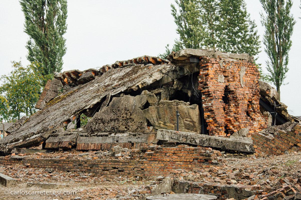 """Las """"duchas"""" y los hornos de Birkenau fueron demolidas por los rusos y sólo nos han llegado sus escombros."""