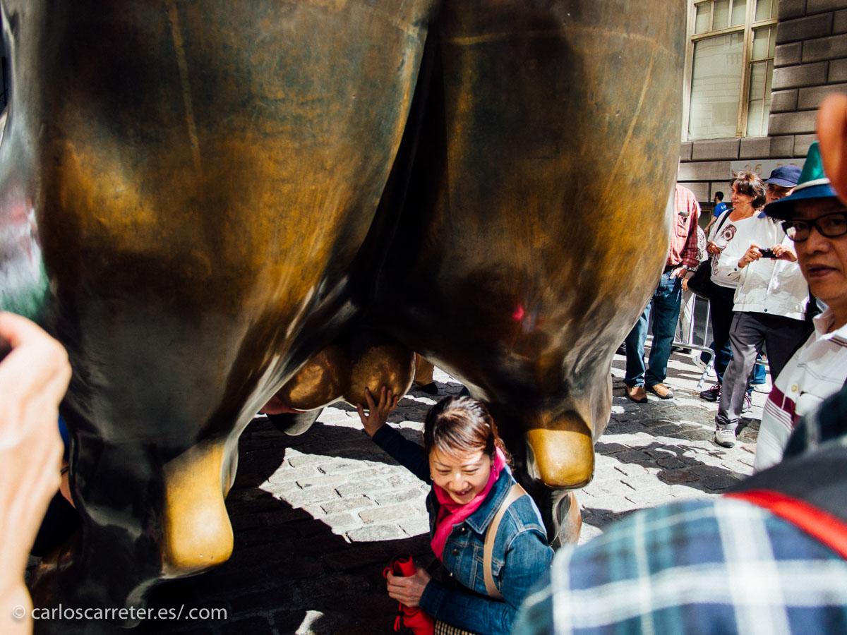 """Los chinos por lo menos se pelea y se apelotonan para tocarle las pelotas al """"Charching Bull"""", símbolo de Wall Street..."""