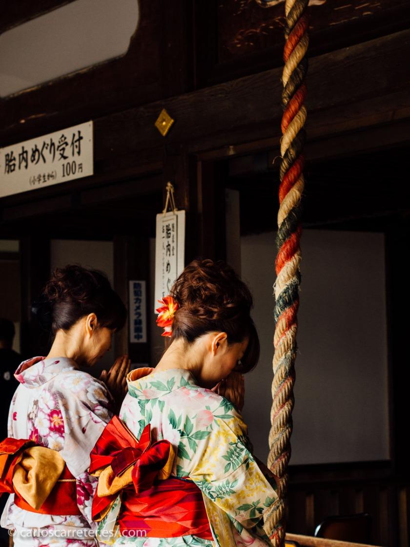 En cualquier caso, da igual, lo importante es la bella historia que nos narra el libro e, insisto, la pena de que no podamos disfrutar del colorido de los vestido tradicionales nipones.