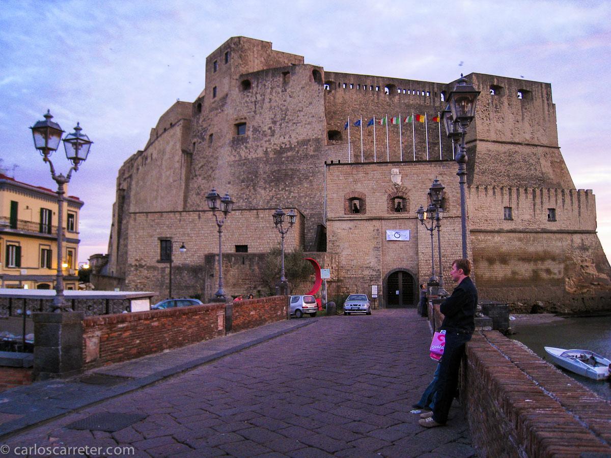 Garrone es nacido en Roma, aunque destacó por una película sobre la camorra napolitana; también el cuentista Basile sitúa la acción de sus cuentos en el reino napolitano, actualmente campania. Nápoles visitaremos por lo tanto.