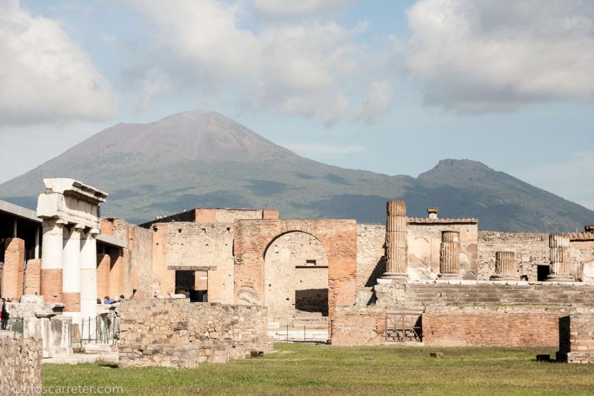 Garrone ha filmado su película por diversas localizaciones de Italia, yo sigo paseando por el golfo de Nápoles, entre las ruinas de Pompeya y bajo la sombra del Vesubio.
