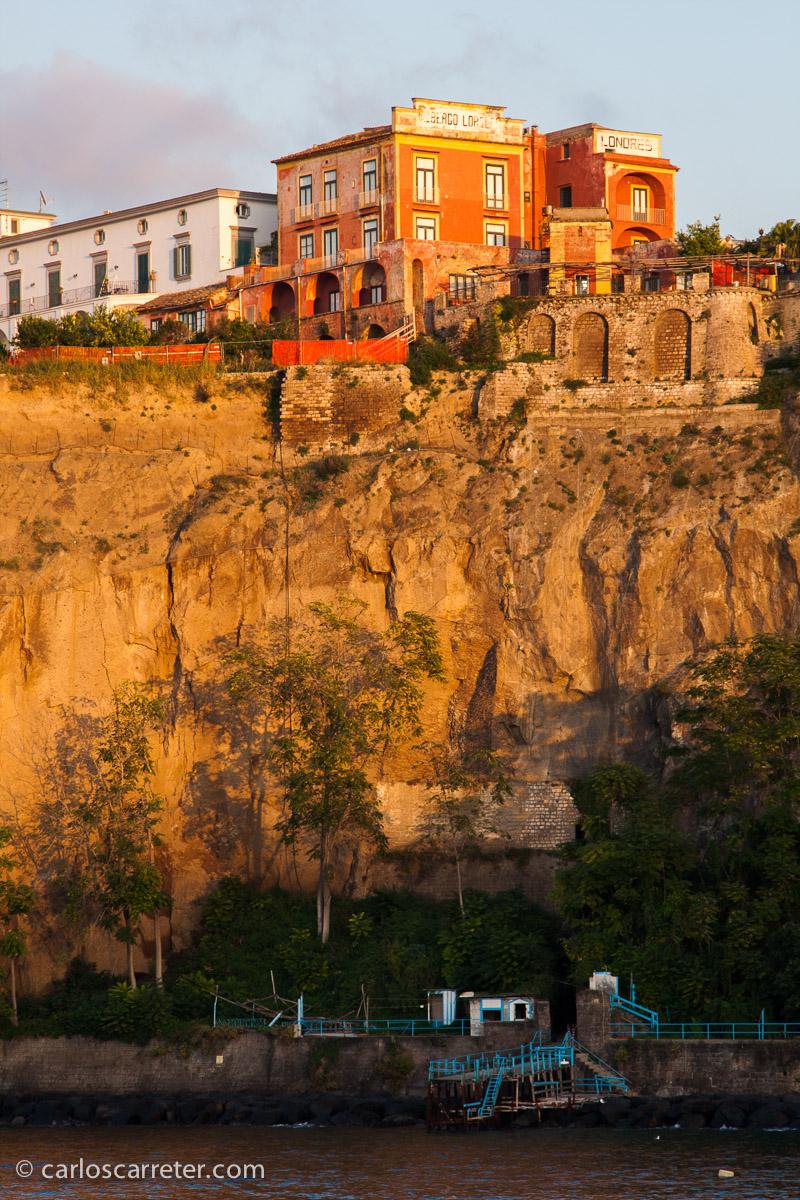Y descansaré de este viaje imaginario al atardecer en los acantilados de la ciudad de Sorrento.