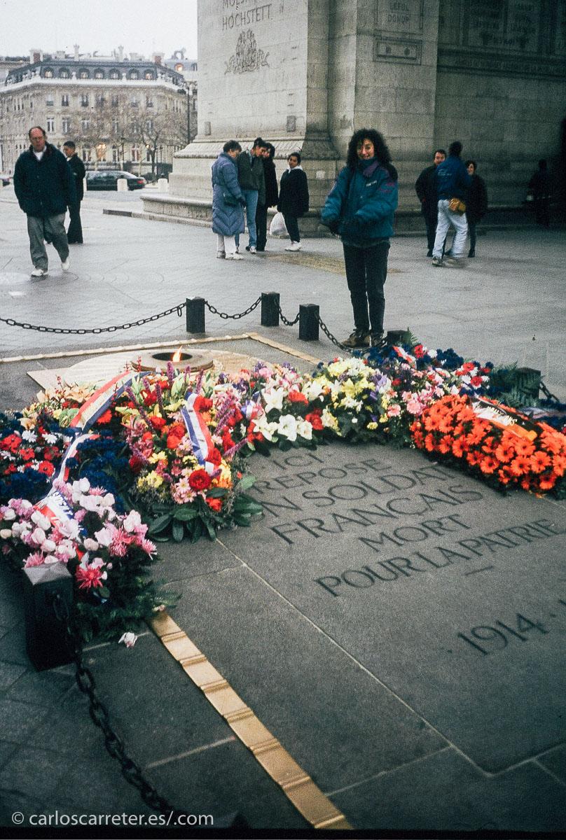 También nos acercamos a la tumba del soldado desconocido bajo el Arco de Triunfo de París, Francia.