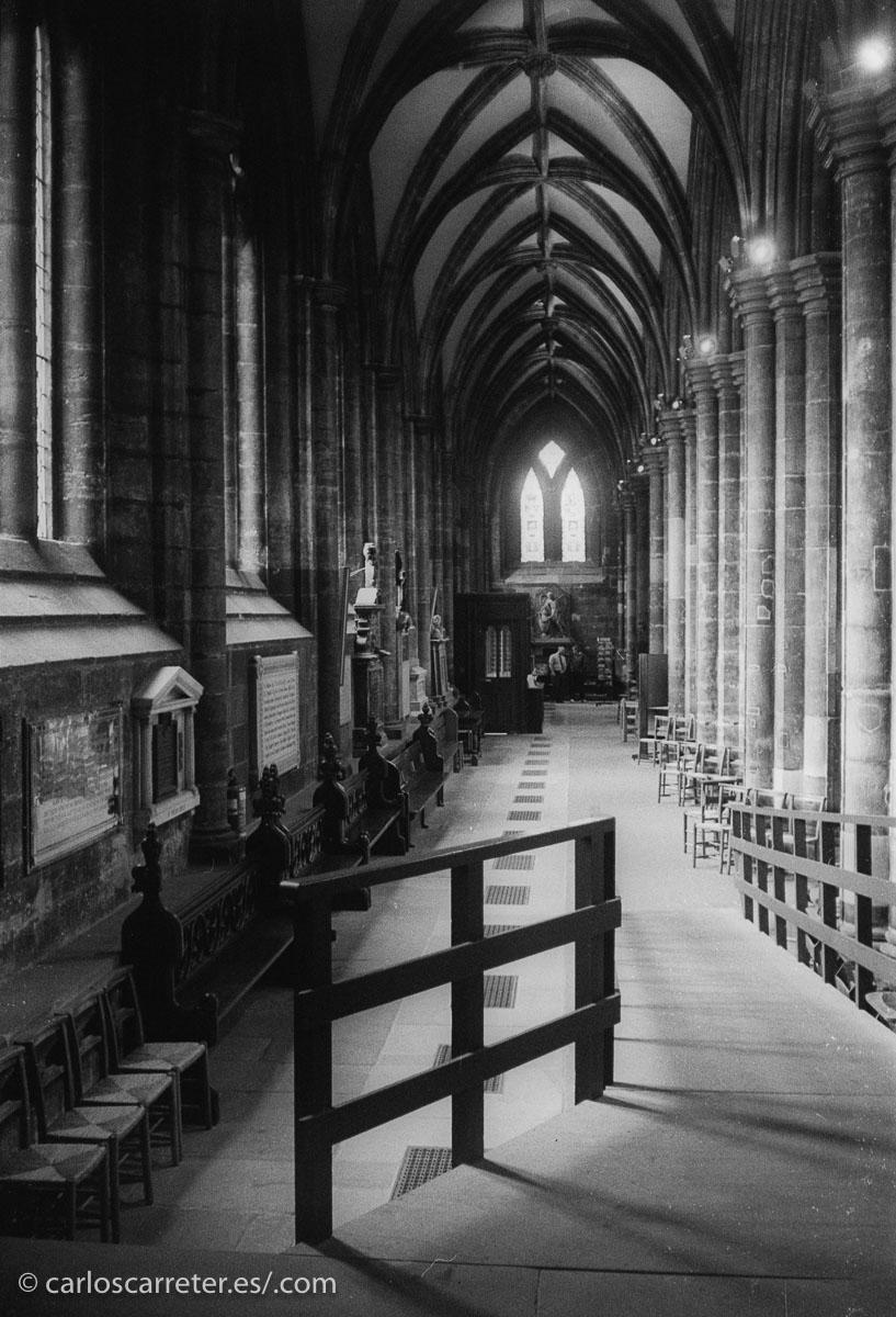 O paseomos en silencio por las góticas naves de la catedral de Glasgow, Escocia.