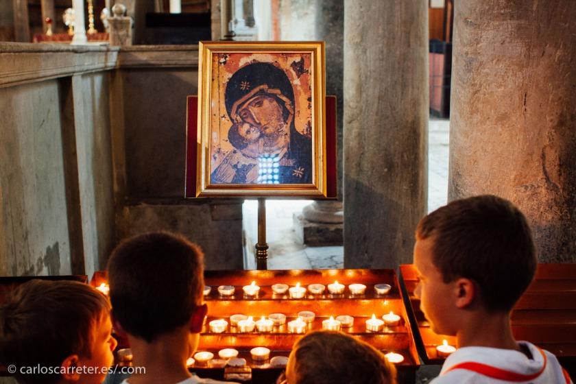 ¡Dejad que los niños se acerquen a mí, porque suyo es el reino!... parece que muchos sarcerdotes no han entendido el mensaje. Santa Maria in Cosmedin, Roma (Italia).