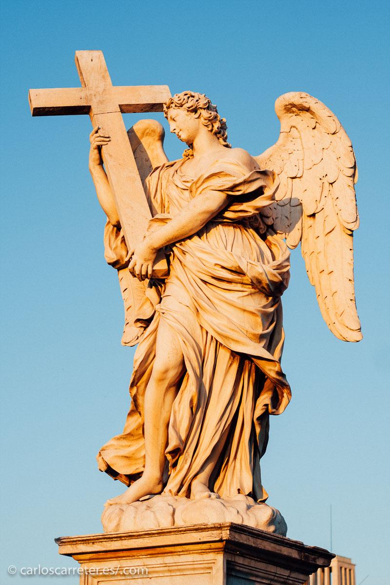 Nos contaban los padres escolapios que todos los niños teníamos un angel de la guarda, dulce compañía... que se debe tomar un rato libre e irse a beber unas birras cuando hay algún cura cerca. Puente de Sant'Angelo, Roma (Italia).