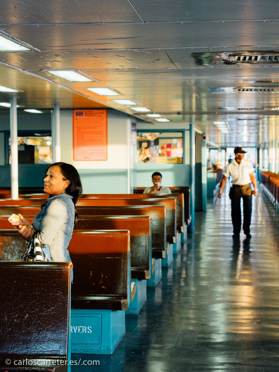 La película transcurre en invierno, ideal para replicar el ambiente del Nueva York de Saul Leiter; pero yo prefiero el principio del otoño con la suave luz del atardecer que se cuela por las ventanillas de los ferrys.