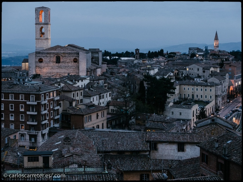 Vista de Perugia, Umbria, al anochecer.