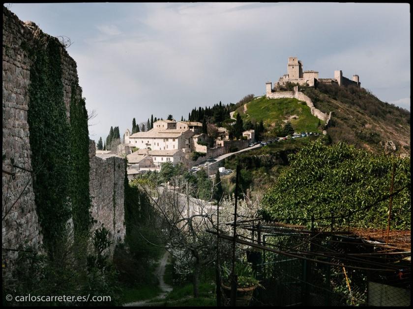 Murallas y castillo en Assisi, Umbria, o Asís, en castellano.
