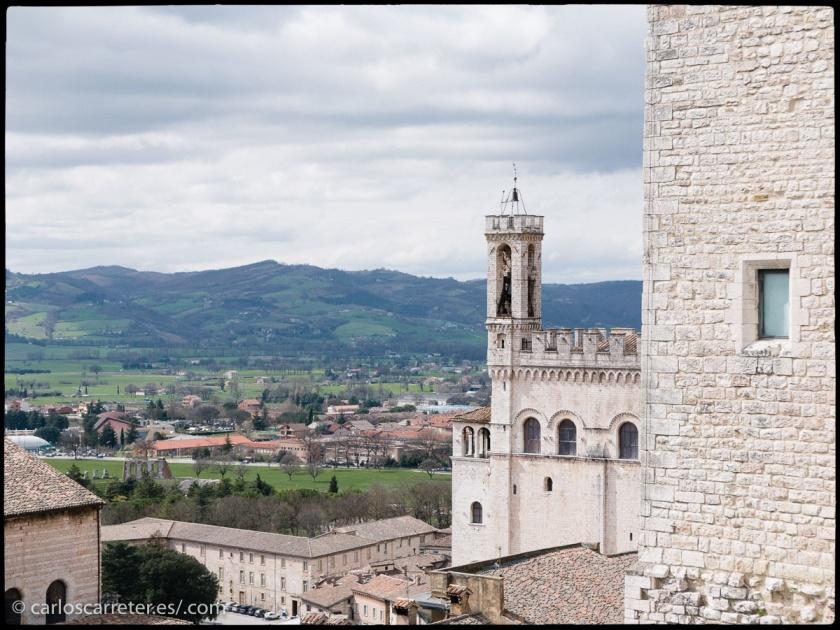 El casco histórico de Gubbio, Umbria, domina la llanura próxima.