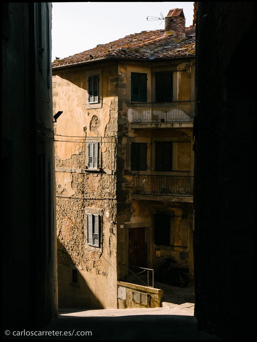 Laberíntica y escarpada Crotona, Toscana.