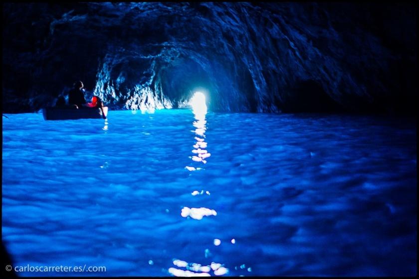 """Repaso fotográfico a lo que está apareciendo últimamente en mi tumblelog de viaje (enlaces al final). En la cabecera, la estación de esquí de Formigal en los Pirineos aragoneses, España. Aquí, la """"Grotta Azzurra"""" en la isla de Capri, Italia."""