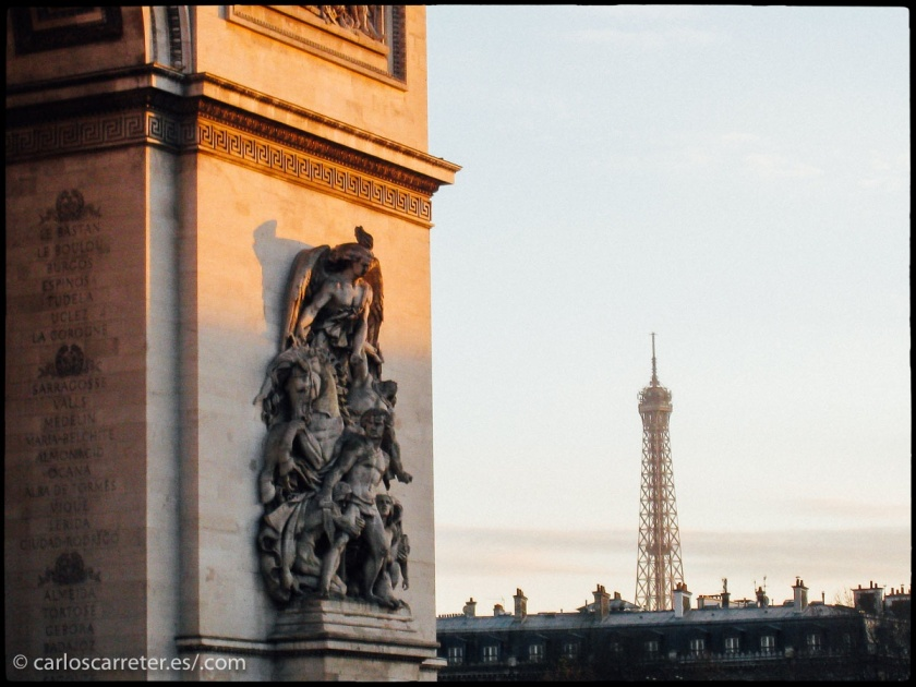 Arco de Triunfo y Torre Eiffel en París, Francia.