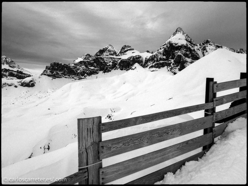 En mi tumblelog viajero están apareciendo está semana fotografías en blanco y negro (enlaces al final). Como la catedral de Lérida en el encabezado o una vista de Formigal en esta fotografía de aquí.