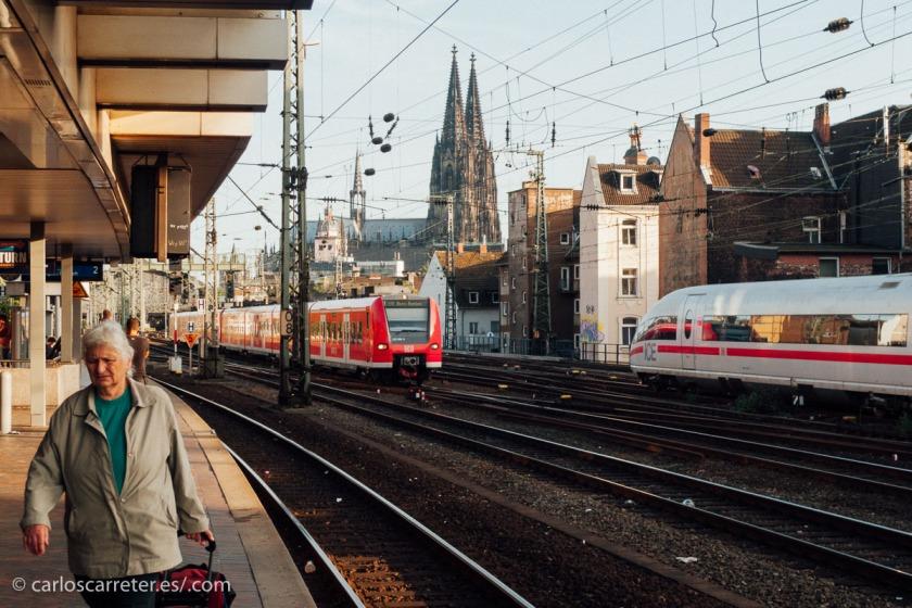Repaso a lo que va saliendo en estos días en mi tumblelog (enlaces al final). En el encabezado, Montjuic en Barcelona, y aquí encoma, cruce de trenes en Colonia.