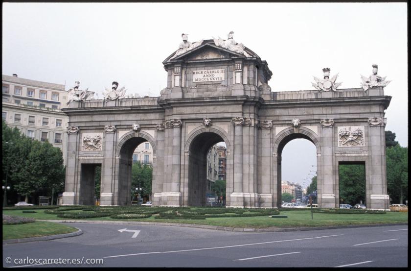 La acción se remonta al año 1985... época en la que yo visitaba con frecuencia los alrededores de Peña Telera. Pero no tengo fotografías digitalizadas anteriores a 1989. Así que me remontaré al Madrid de 1990, como lo más cercano a aquella época.