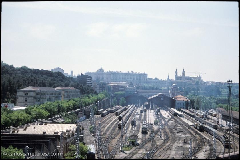 Un Madrid en el que todavía estaba en activo la estación de Príncipe Pío, desde donde en tiempo salían los trenes con destino a Galicia... como el de la película.