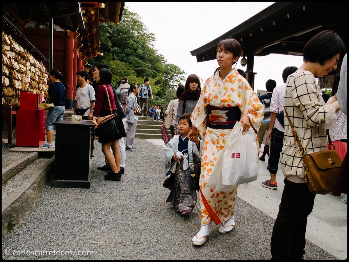 La riqueza en templos budistas y santuarios sintoístas de la ciudad nos hace imaginar que estamos ante un lugar lleno de tradiciones. En la fotografía, parece día de fiesta en el santuario de Tsurugaoka Hachiman-gū.