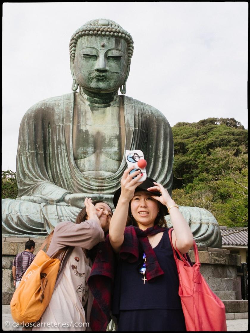 La principal atracción de Kamakura, la ciudad donde transcurre la mayor parte de la acción de la película, es la gran estatua de bronce de Amida Butsu (o el buda Amitābha, en el original sánscrito). Pero no sale en el filme.