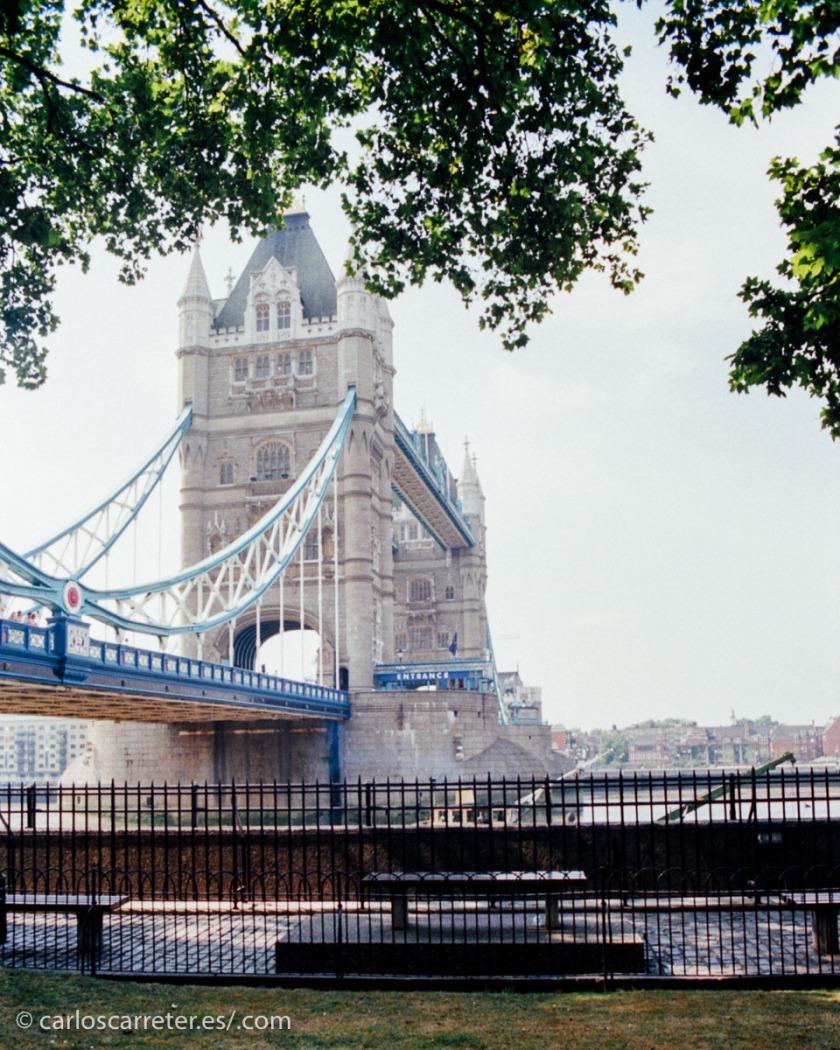 Podemos pasear a la orilla del Támesis a la altura de la Torre de Londres y su célebre puente.