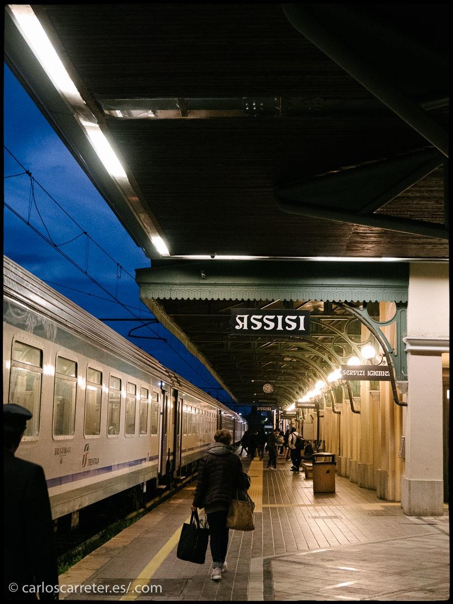 Un anochecer, una estación de tren, esta es la de Asís en Italia, es el primer escenario del libro. Pero recorremos Europa e incluso el mundo. Por ejemplo, las orillas del Báltico, donde se encuentra Helsinki, en el encabezado.