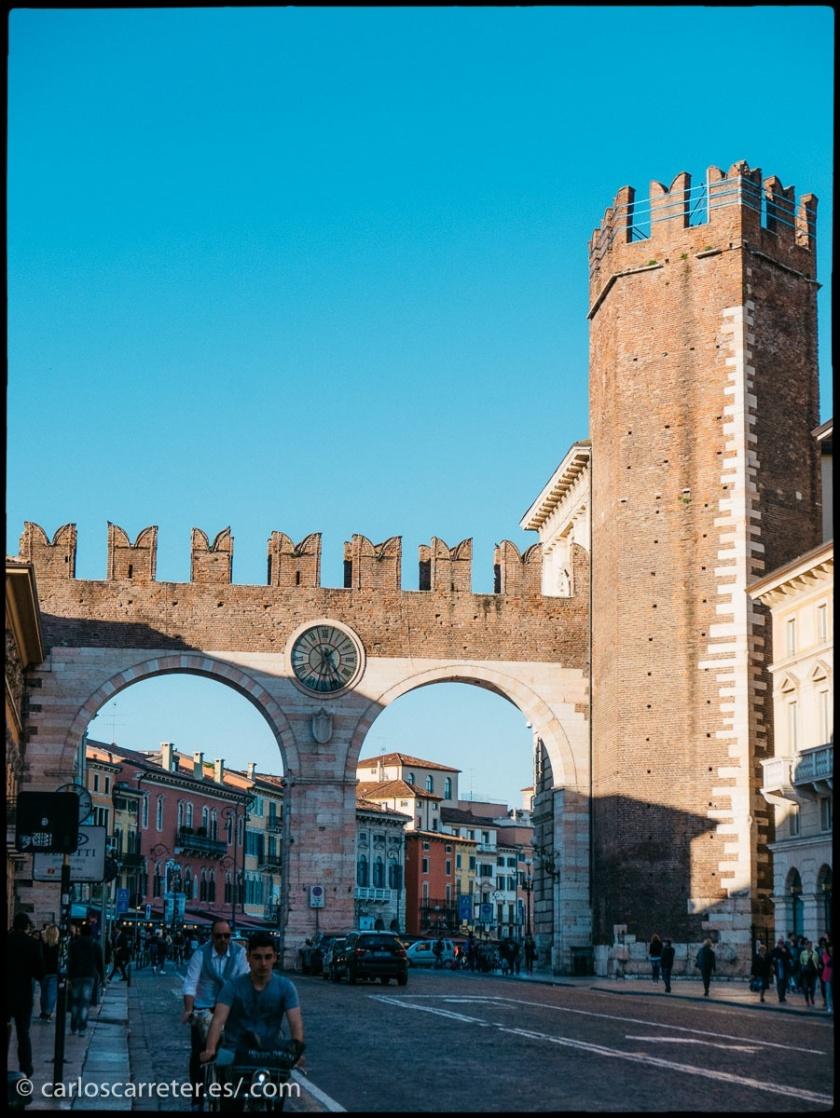 Entrada televisiva... repaso fotográfico a lo que aparece en el tumblelog de viajes (enlaces al final); en el encabezado una vista urbana de Kingston, Canada, y aquí otra de Verona, Italia.