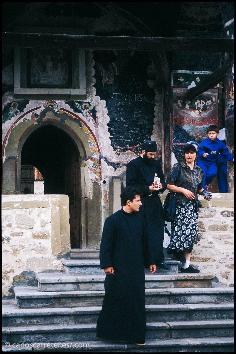 No he visitado Rusia. Y el talante que se gastan por allí hace que no me apetezca en exceso. Pero tengo fotos de otros países que sufrieron el dominio ruso en la época soviética, y que presentan debilidades en sus democracias por causa de nacionalismos, religiones o corrupción. Aunque no en la medida de los rusos. Como por ejemplo pude observar en Rumania en 1995.