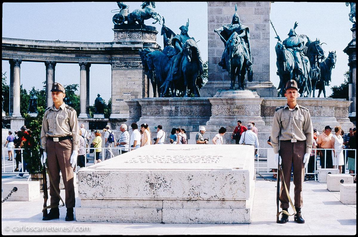 O la que era prometedora democracia húngara en 1997, pero que ha mostrado malas maneras con algunas normas xenófobas o algunos partidos en el gobierno con tendencias nacionalistas  extremas recientemente.