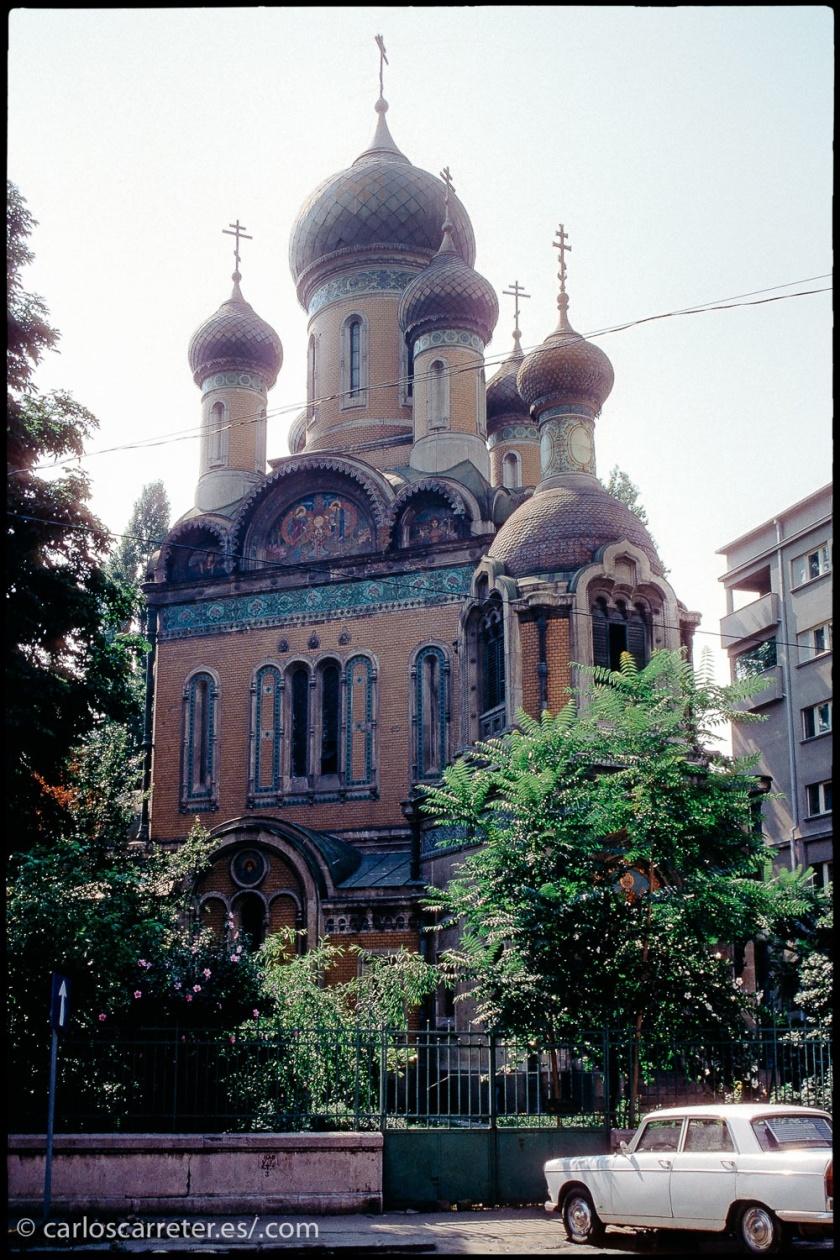 He visitado Bucarest, y Rumania, en dos ocasiones, en 1987 y 1995. Bajo la dictadura de Ceacescu y en su peculiar transición... en ambos casos los viajes tuvieron momentos absolutamente surrealistas o esperpénticos. Supongo que en estos últimos 20 años habrá cambiado... ¿a mejor? Espero.