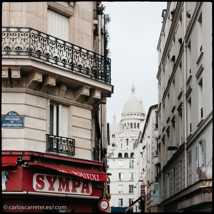 Aunque es la ciudad de Los Ángeles la tercera protagonista de este drama musical, son numerosas las referencias a la ciudad de París. De la primera no tengo fotos, de la segunda, en abundancia.