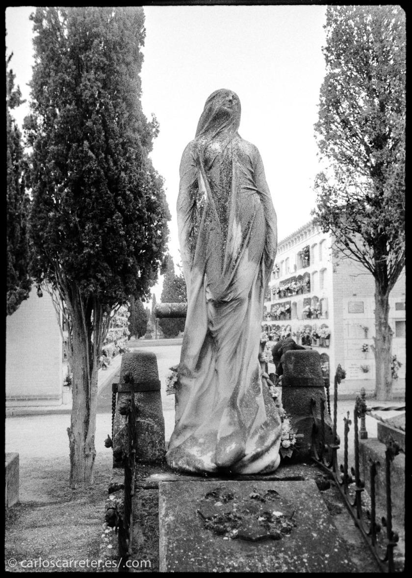 Buena parte de la acción de la película se rueda en un cementerio o en torno a un funeral; la muerte esta presente constantemente en este filme. Así que lo ilustraré con unas fotografías que tomé en el cementerio de Torrero en Zaragoza hace unas semanas, bajando de un velatorio.