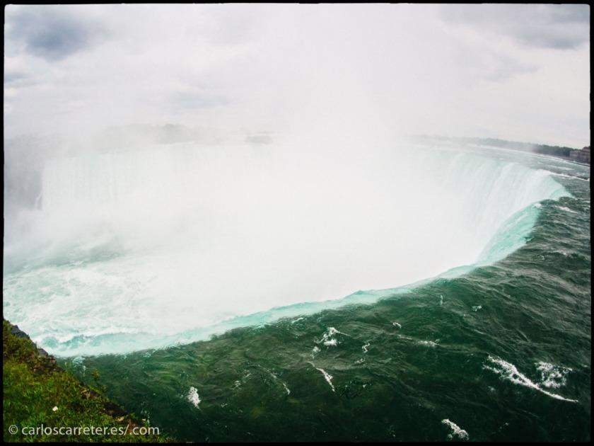 También podemos visitar las cataratas del Niágara en Canada...