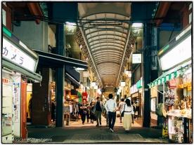 Avenida comercial de Shin Nakamuse en Asakusa.